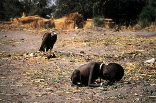 What The Photo por Andre Liohn. A Criança e o Abutre.de Kevin Carter